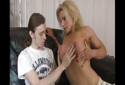 Mladý kluk a zkušená mamina