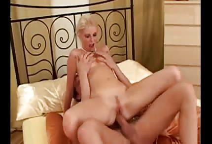 Blondýnka hezky roztáhla nožičky a sedla si na jeho péro v ložnici