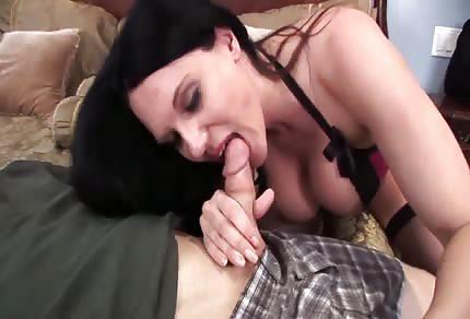Zkušená bruneta ví co v posteli chce