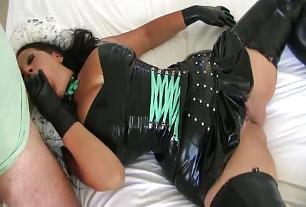 Sexy mamina ve žhavém převleku se položila na posteli