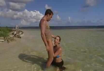 Sex pár si hraje na ostrově