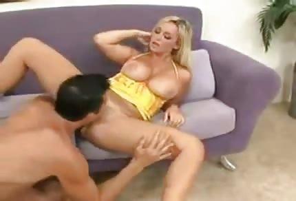 Sbalil ženskou ve žluté sukýnce