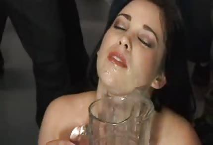 Amy Starz pije skleničky spermatu