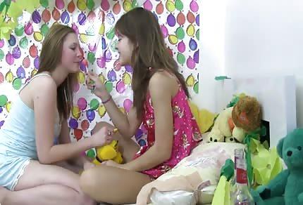 Dvě sexy lesbičky si spolu hrají