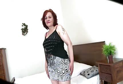 Plachá zrzavá babička