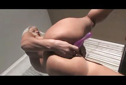 Blondýnka si vkládá do kundičky skleněnou hračku
