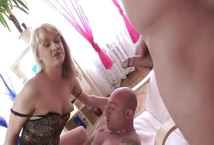 Blondýnka má dva péra v prdeli