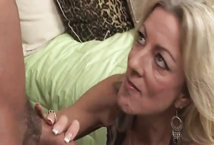 Blondýnka s velkým dekoltem má chuť na šukání