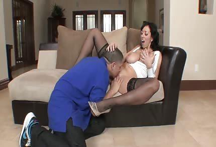 Prsatá mamka miluje chuť spermatu
