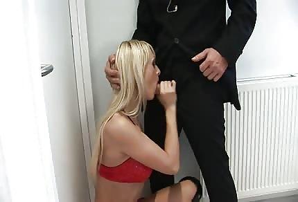 Nadržená blond a božský Roman, hot rychlovka v toaletě