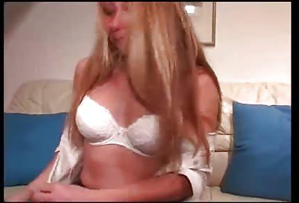 Blondýnka si hraje se svojí úzkou vagínkou