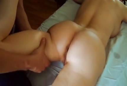 Masérka masíruje sexy kozatou maminu