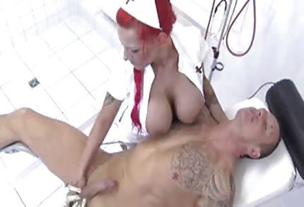 Černovlasá sestřička a její obří, sexy kozy
