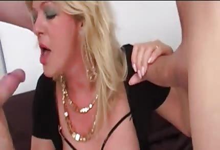 Blond MILFka zbožňuje trojku