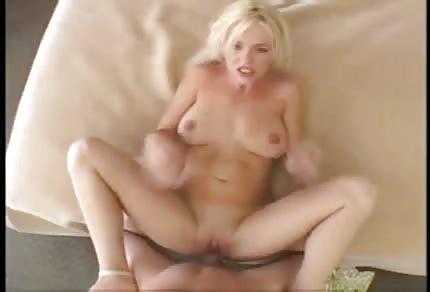 Sexy blondýnka dostává anál