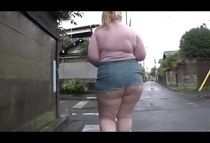 Velký tlustý zadek se vrtí v dešti