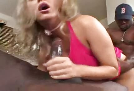 Mandy Bright mrdá se dvěma černochy