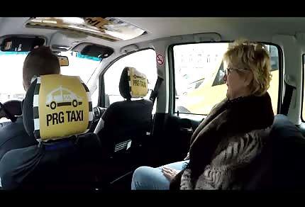 Paní pasažérka chce řidiči vlézt do kalhot