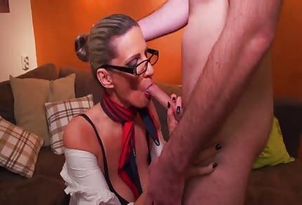 Mamina v brýlích si hraje s mladým píchačem