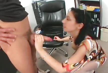 Sexy mamina má chuť na mladého milence