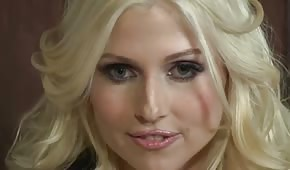 Velmi atraktivní blond sekretářka