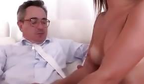 Frajer ji pomalu rozepíná košilku a dotýká se poprsí
