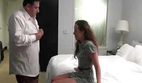 V hotelu se setká se šéfem na intimní schůzce