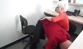 Kozatá paní sekretářka provokuje svého šéfa