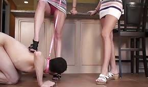 Využije chlapce, aby ji olízal nožky