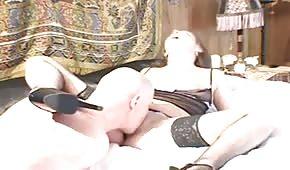 Unavený sex turista najde chatku šukací slečinky