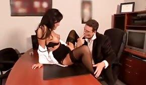 Sekretářka roztahuje nohy na stole jejího šéfa