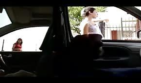 Borec jezdí v autě po městě a honí si péro
