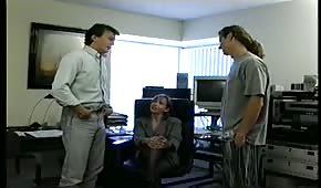 V kanceláři si pohrají s krásnou brunetkou