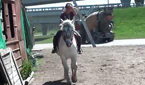 Paní ze stáje má ráda tvrdé koně