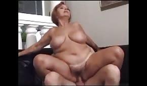 Mladý milenec si rád šáhne na její kulaté tělo