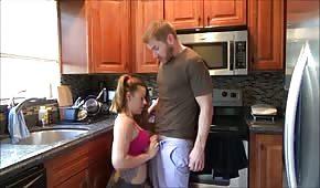 Vykouří ho v kuchyni
