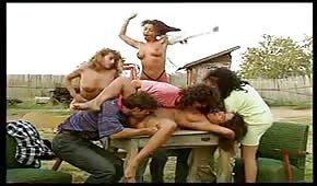 Skupinové šukání na vesnici