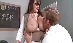 Hraje si s kozatou učitelkou