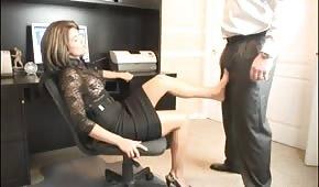 Žhavá sekretářka má chuť na jeho péro