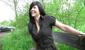 Šuká brunetku na lavičce v parku