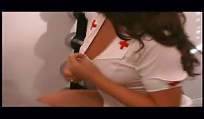 Starý chlípnik šuká sexy zdravotní sestřičku