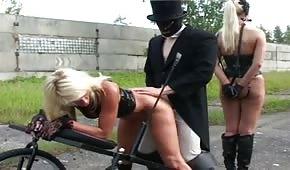 Páni a jejich coury - otrokyně