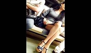 Dlouhé nohy holky v metru
