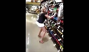 Ožralá blondýna tancuje v obchodě s chlastem