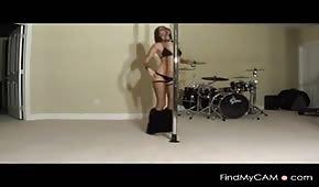 Hezká dívka tančí na trubce