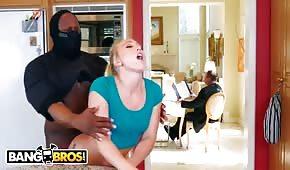 Thug přemístí v kuchyni krásnou blondýnu