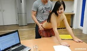 Sex na stole s malou brunetkou