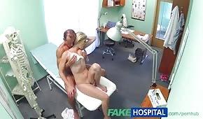 Lékař se pohybuje ustáleným pacientem