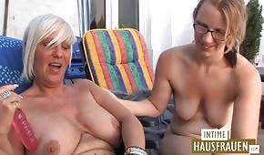 Mladý se baví se starou německou ženou
