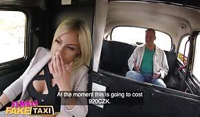 Paní taxikářka chce mít v autě sex